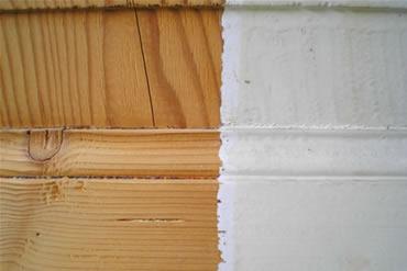 Laccatura finestra – Particolare di legno sverniciato